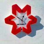 Часы в виде логотипа корпорации МЕТИНВЕСТ