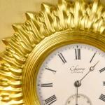 Часы большого диаметра с резным корпусом для изысканного интерьера.